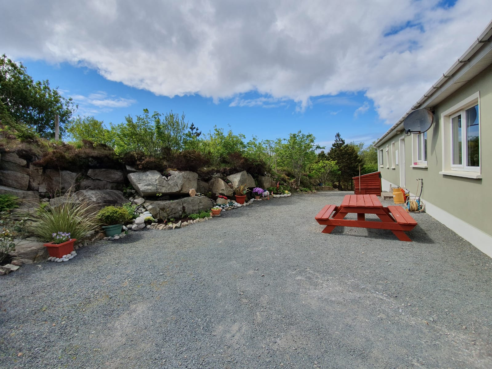 Mullis - Ext. rare of house with garden seat and rockery