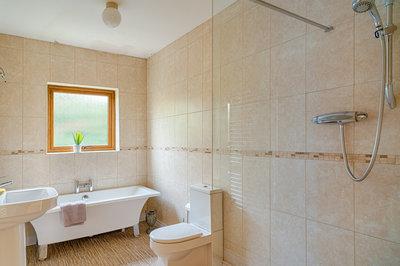 Toberkeen, Dungloe - Main Bathroom