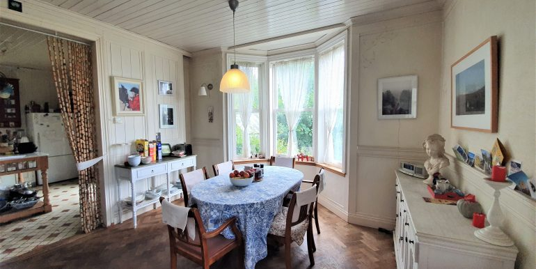 Antje dining room with bay window adj 2021 (1)