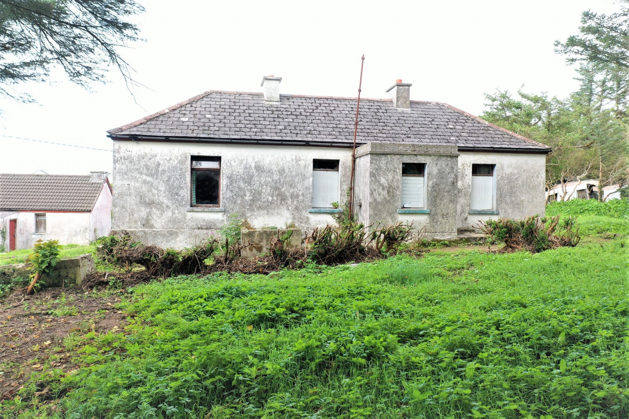 An Draigheann, Bunbeg – Traditional style house on 0.68 acre site with 2 additional similar small cottages.